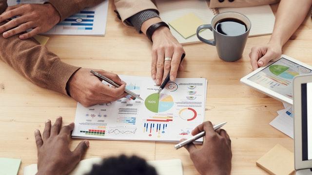 Ludzie pracujący nad strategią dla firmy, diagramy i wykresy.