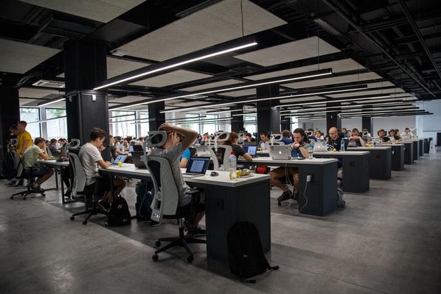 Duży biuro -open space.