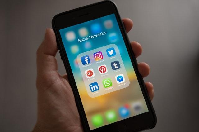 Ekran smartfona z ikonkami z social mediów.
