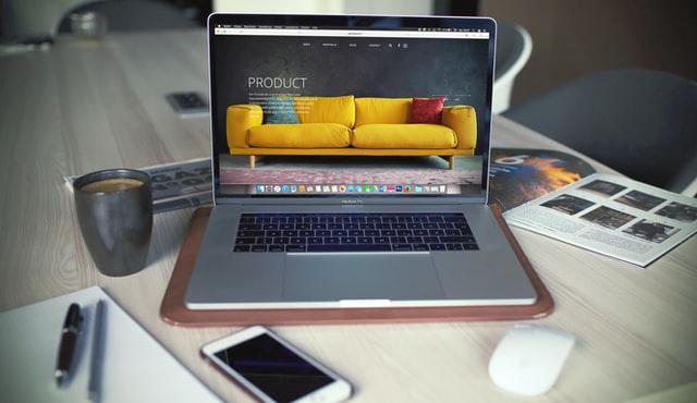 Laptop otfarty na stronie internetowej sklepu internetowego z meblami.
