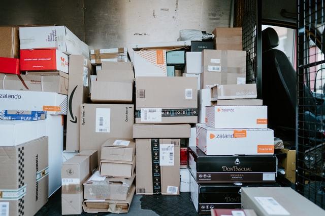 Bus załadowany przesyłkami ze sklepów internetowych