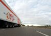 Ciężarówka z napisem supply chain - łańcuch dostaw