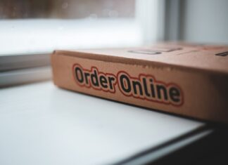 """Pudełko z napisem """"zamówienie przez internet"""""""