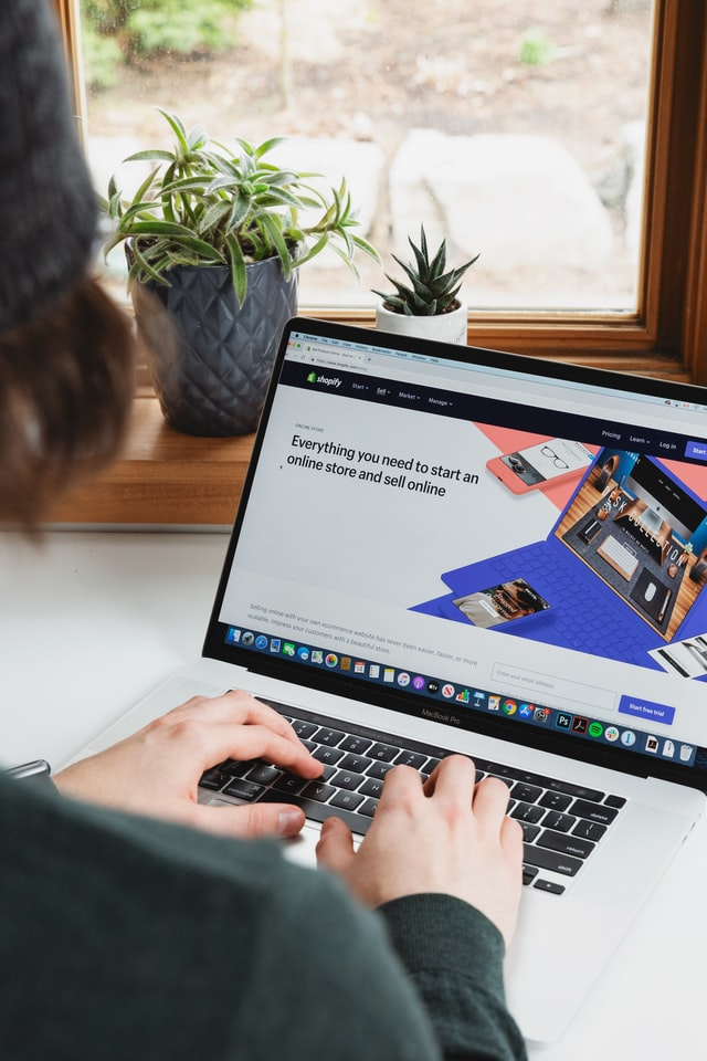 Monitor na którym widać reklamę oprogramowania SaaS