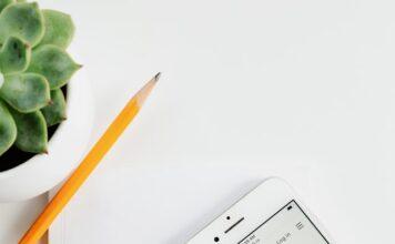 Telefon, na którym widać stronę shopify