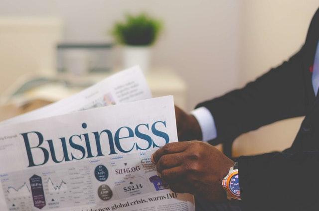 """Pan czytający gazetę """"Bussines"""" o biznesie"""