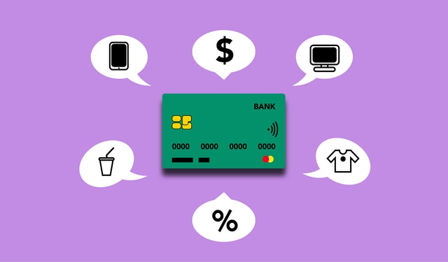 Zielona karta kredytowa na fioletowym tle i chmurki z wydatki.
