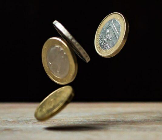 Monety Euro na czarnym tle.