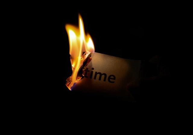 Płonący papier z napisem