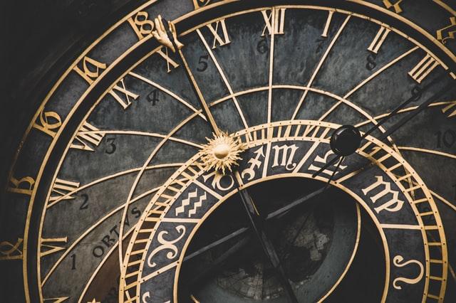 Zegar- czarny ze złotymi wskazówkami