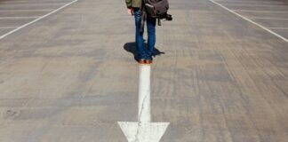 Dziewczyna stojąca na strzałce pokazująca kierunek tył