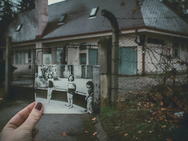 Czarnobiała fotografia na tle staregodomu
