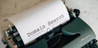 """Maszyna do pisania z kartką, na której napisane jest """"wyszukiwanie domeny"""""""