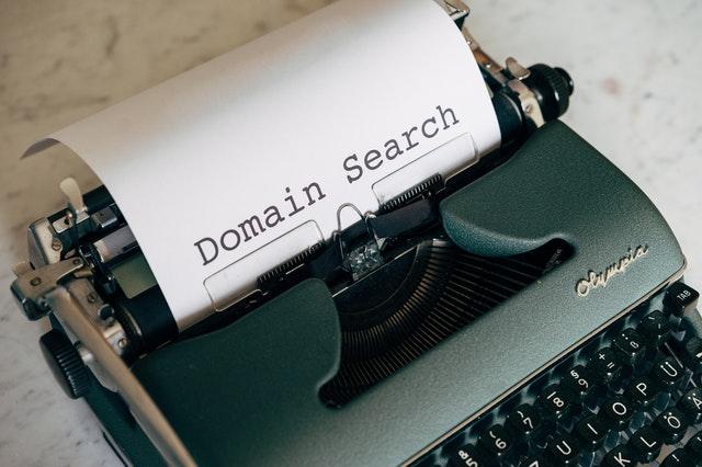 Maszyna do pisania z kartką, na której napisane jest