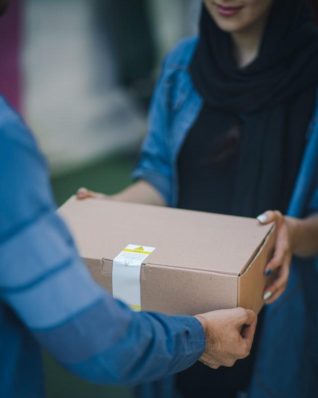 Kurier dostarczający przesyłkę