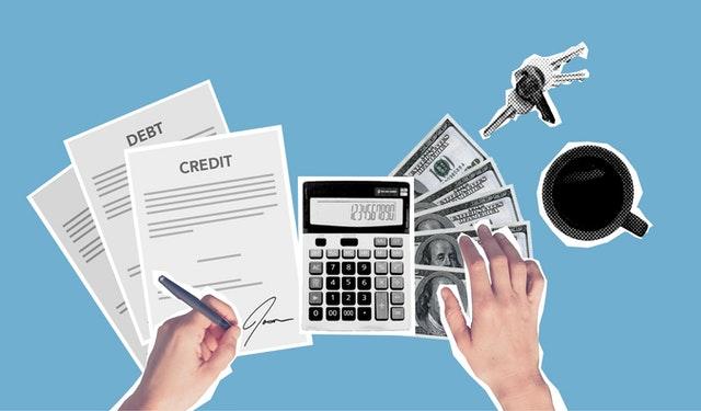 Dokumenty o kredycie kalkulator i pieniądze na niebieskim tle.