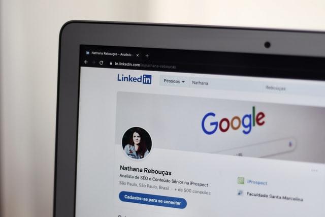 Fragment monitora, na którym widać CV na LinkedIn