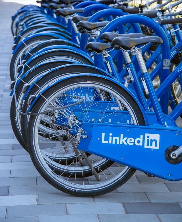 Niebieskie rowery z napisem Linkedin.