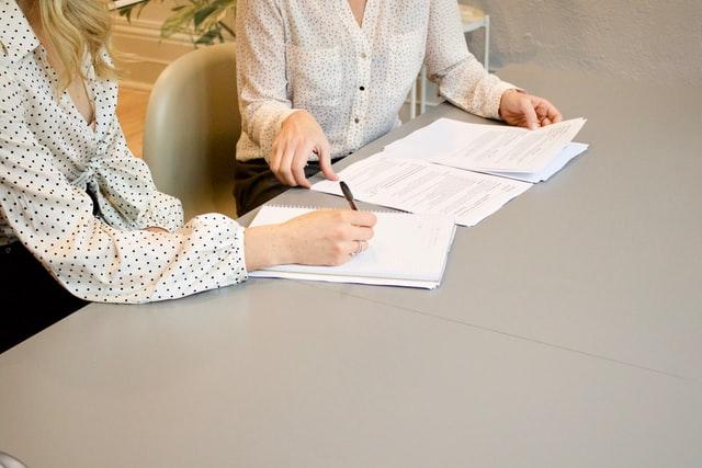 Dwie osoby przeglądające CV.