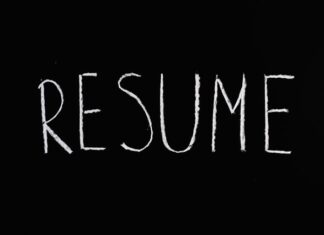 "Napis ""Resume"" na czarnym tle"
