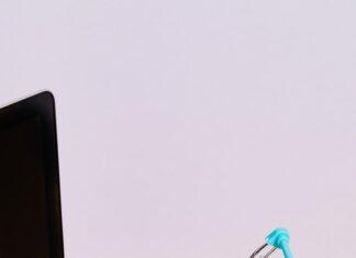 Mały koszyk zakupowy stojący na laptopie
