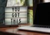 "Laptop na biurku i obrazek z napisem ""You got this"""