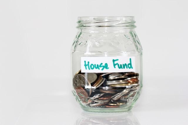 Słoik z oszczędnościami na dom