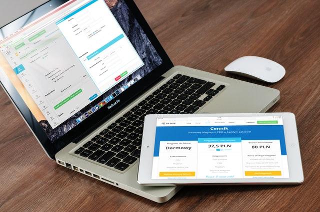 Laptop i tablet przedstawiający plany dla sklepu internetowego