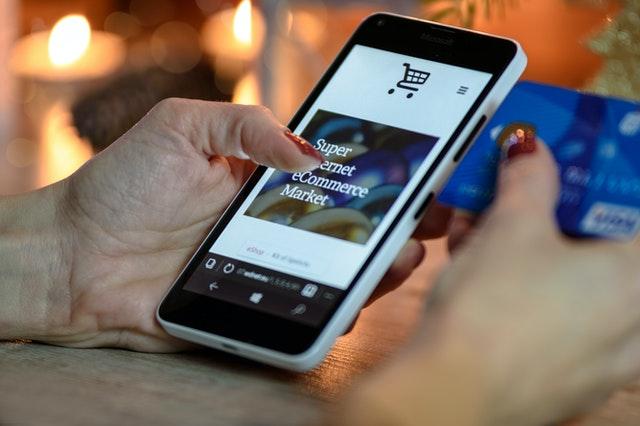 Dziewczyna przeglądająca sklep internetowy na smartfonie