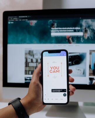 """Ekran smartfonu z napisem """"you can"""""""