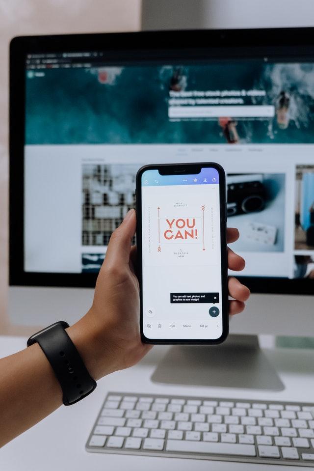 Ekran smartfonu z napisem