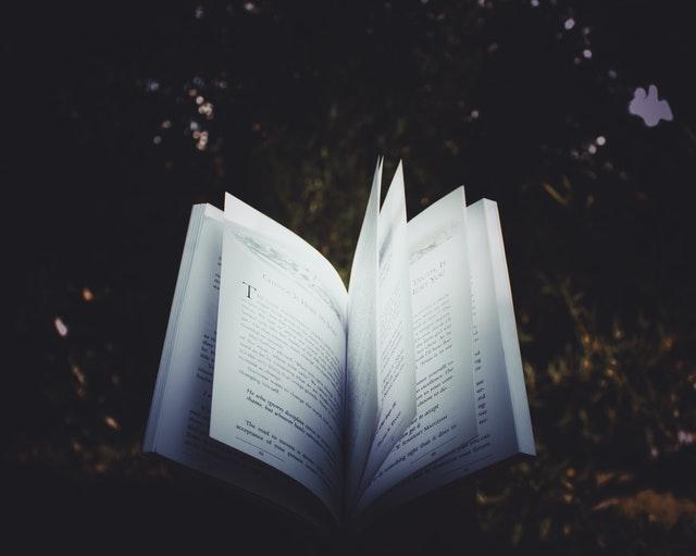 Otwarta książka na czarnym tle